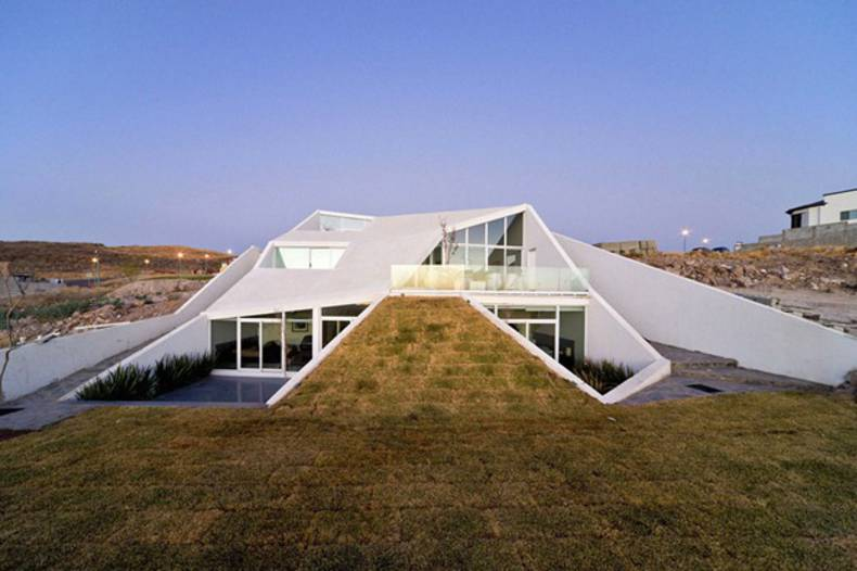 House in Chihuahua - interesting geometry and modern style