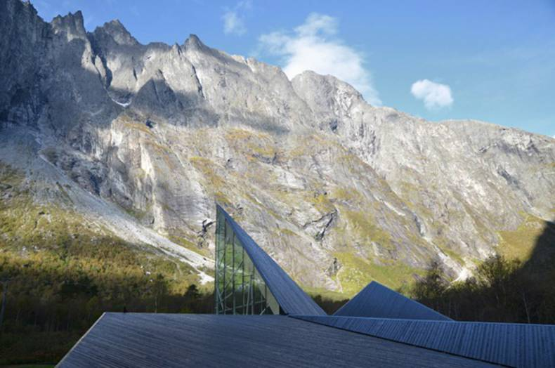 New restaurant and service building at the foot of the mountains in Norway